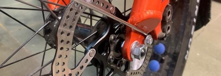 Почему скрипят тормоза на велосипеде при торможении