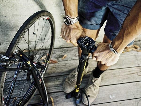 подкачка велосипедного колеса