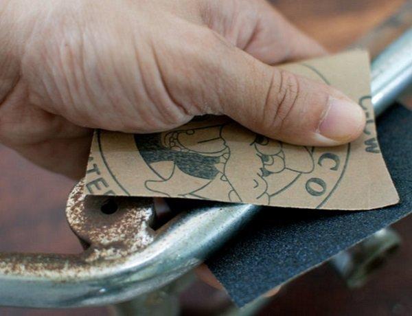 очищение ржавчины наждачной бумагой