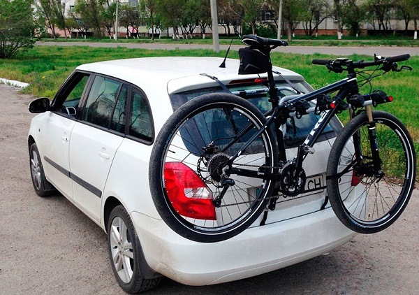велосипед на задней двери машины