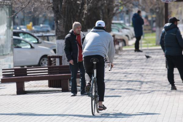 велосипедист ездит по тротуару