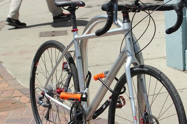 два велозамка на велоипеде