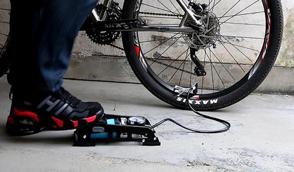 накачивание велосипедных колес автомобильным насосом