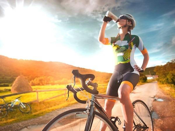 во время катания на байке берите бутылку с водой