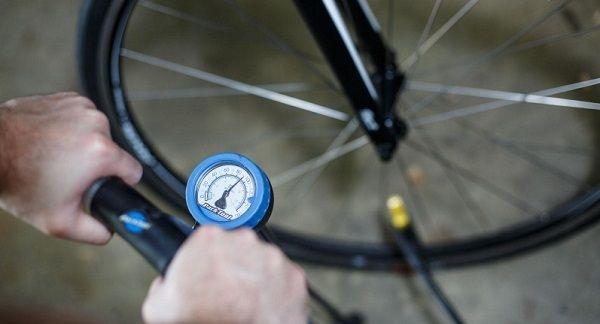 проверка уровня давления в шинах велосипеда
