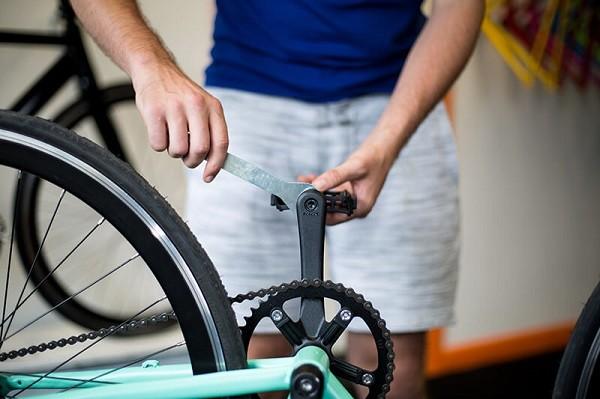 установка педали на велосипед