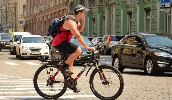 велосипедист говорит по мобильному