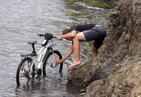 мытье велика у реки