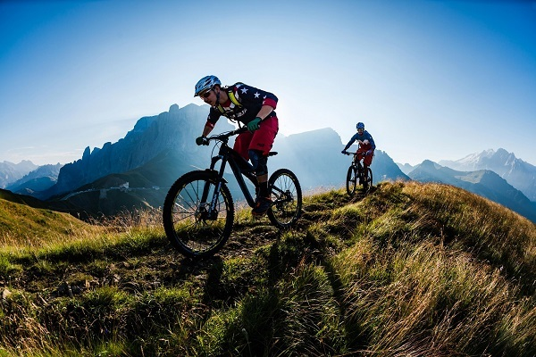 спуск с горы двумя велосипедистами