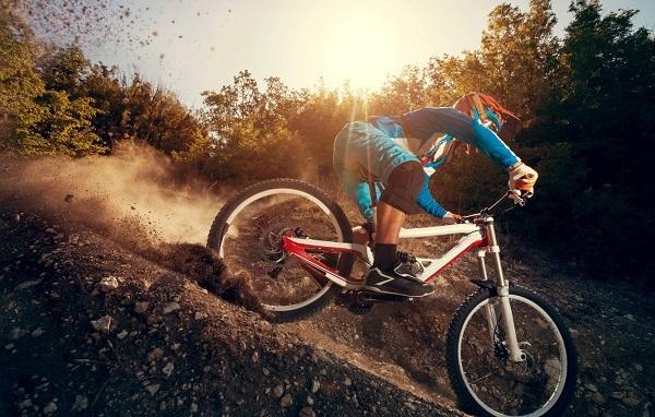 скоростной спуск с горы велосипедиста